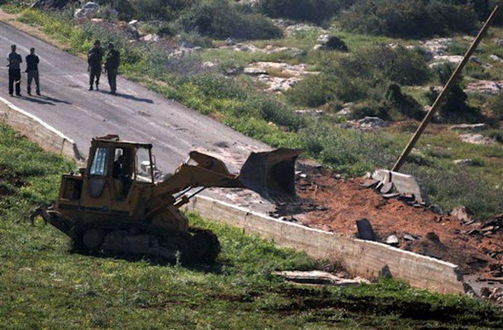 الاحتلال يواصل تجريف أراض في قرية كردلة بالأغوار